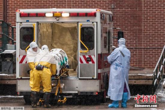 当地时间2014年11月15日,美国奥马哈,一名在塞拉利昂感染埃博拉病毒的美国医生抵达奥马哈市接受治疗。他来自塞拉利昂,但身份为美国永久居民。