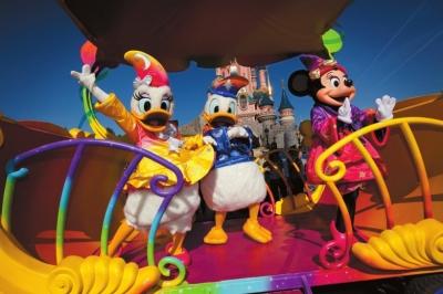 到巴黎迪士尼游乐园与卡通人物共度新年.
