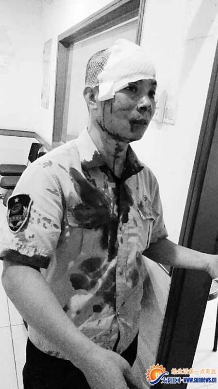 受伤的公交车司机何国贤。