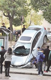 楚天都市报讯 (记者林永俊 黄士峰)女司机停车时,轿车直接撞开铁栅栏,一头栽下落差近2米的路基。昨日中午,汉阳知音东村公交车站旁发生的这起事故,让路人惊诧不已。