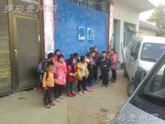 一辆7座面包车竟装了这么多孩子。