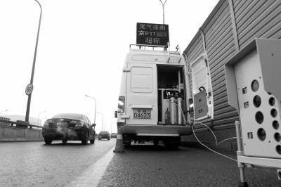 丰北桥引桥的监测点,一辆超标的汽车驶过。(资料图片)京华时报记者谭青摄