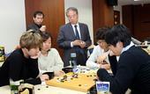 图文:农心杯第10局关键大战 韩国棋手在研究