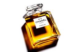 香奈儿专属调香师贾克·波巨将五号香水描述为一支优美的嗅觉交响曲,融入依兰、格拉斯茉莉与五月玫瑰的馥郁花香,再以乙醛奏出完美和谐的芬芳旋律。