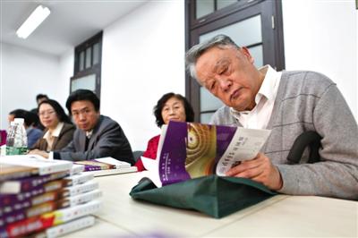 昨日,清华大学林泰教授在翻阅《清华学子学习思想政治理论课成果丛书》。新京报记者 浦峰 摄
