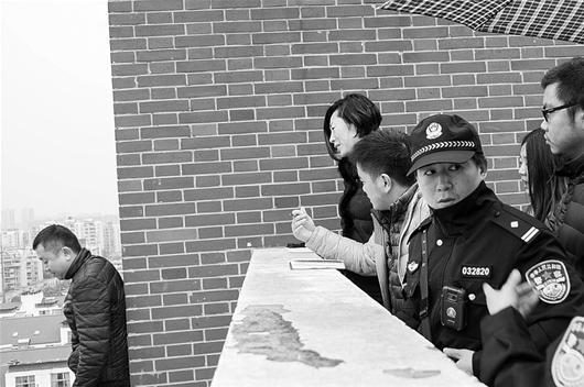 图为:经警方同意,本报记者在现场与该男子交流