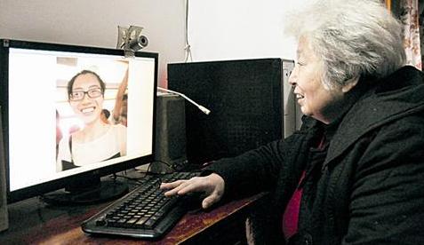 图为:屠婆婆对着拍下的笑脸,给记者讲述自己遇到的让座故事