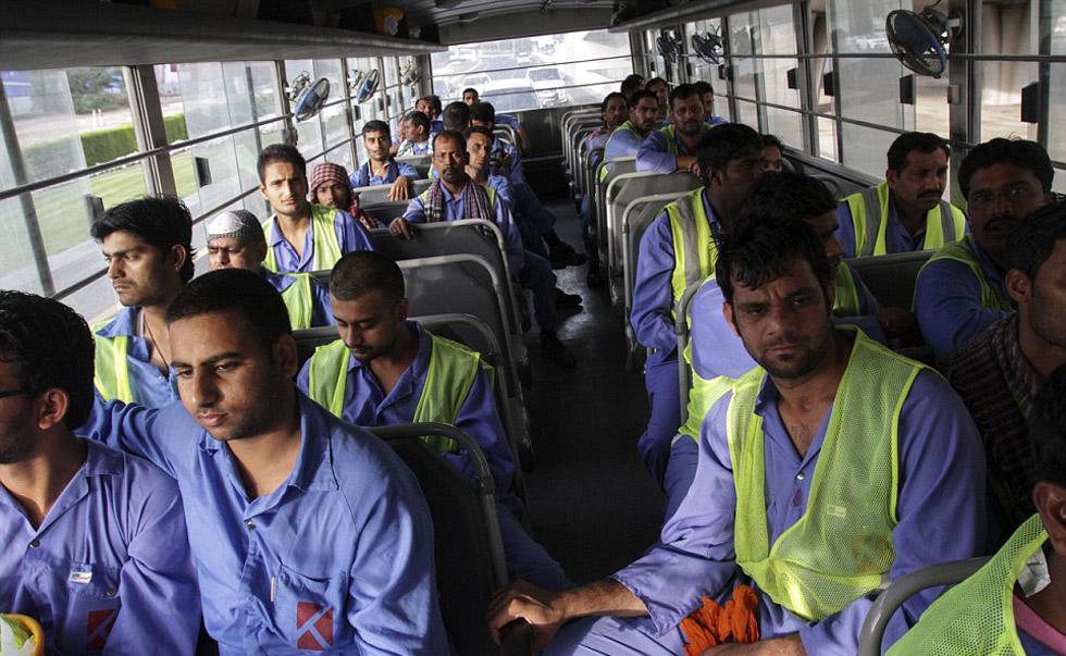 一名在迪拜的中国工人举标语求助讨薪。网页截图