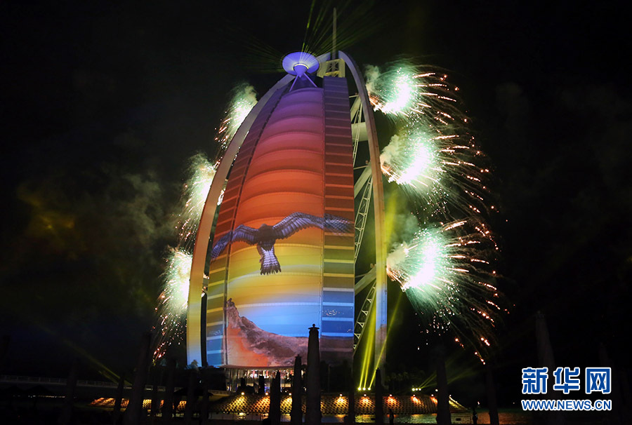 """为庆祝阿联酋建国43周年及迪拜阿拉伯塔酒店(又称""""帆船酒店"""")成立15周年,帆船酒店于当地时间1日晚在专属海滩上举行了规模盛大的烟火表演,并在酒店楼体外墙上配以3D动态投影。"""