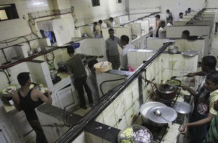 图为索那普尔劳工营中一个巨大肮脏的厨房,天燃气管道都是工人自己安装的,不符合安全规范。