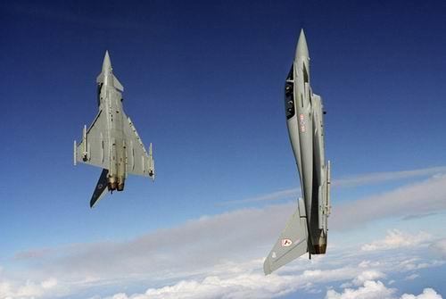 英国皇家空军台风战机双机爬升 资料图图片