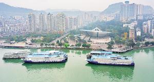 万州区,174米江水将客轮托举到城市旁边,水与城交融在一起。