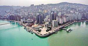 涪陵区,乌江与长江一样清澈却有着不一样颜色。