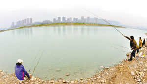 入冬以来,长江江津区德感段水质清澈、环境宜人,一江碧水倒映着美丽的江津城。图为垂钓爱好者们在此钓鱼休闲。