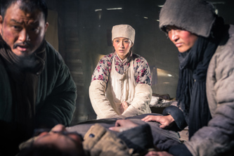 """佟丽娅""""小白鸽""""救治伤员"""