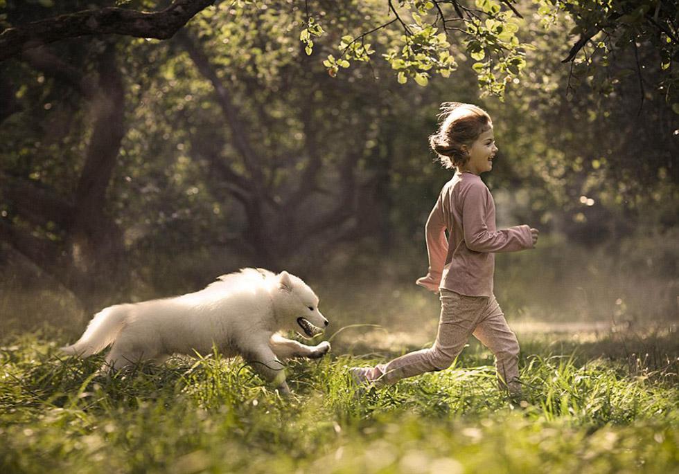 人和动物生的孩子_俄罗斯妈妈用镜头记录孩子和动物相处温情瞬间(高清组图)