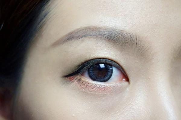 用它一笔画到眼尾,上扬眼线,勾勒眼形   之后再贴上假睫毛,一定要