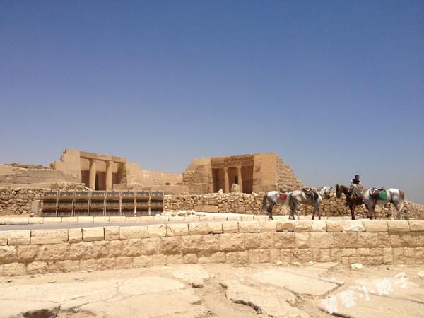 金字塔周围会有一些残留的小神庙