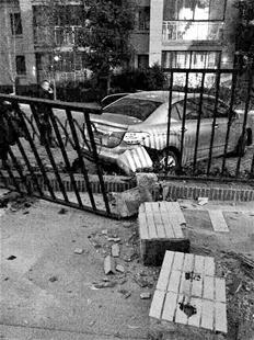 误为刹车,结果撞垮相邻单位的铁栅栏围墙(如图),所幸未造成人员伤亡.
