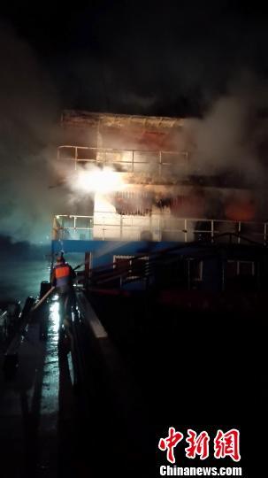 海事人员与消防人员紧急扑救 张新江 摄