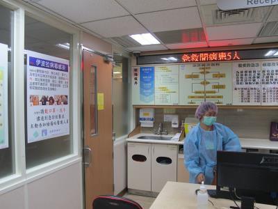 """高雄荣总高规格照护防护可能的埃博拉病毒,急诊室的伤检站也张贴告示,伤检人员全副武装防护,对埃博拉的防范是戒慎恐惧。来源 台湾""""中央社"""""""