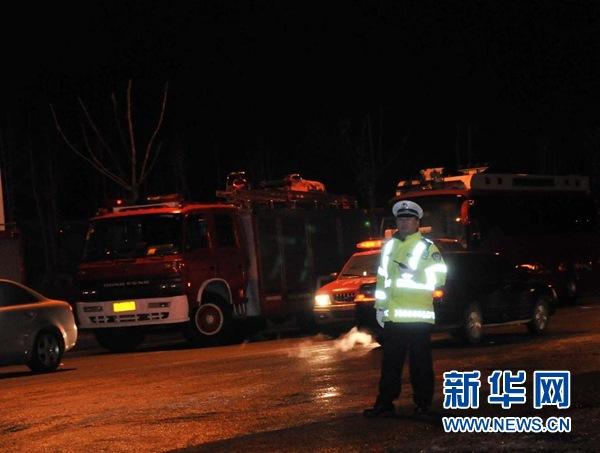 12月7日凌晨,警察在事发厂区附近指挥车辆。 新华社记者/闫平