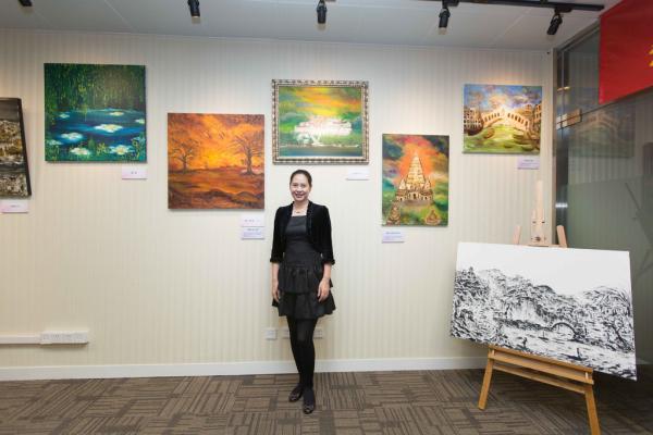 2014年11月18日,北京建国门外国际大厦,胡娜的画作展览正在二层举行。