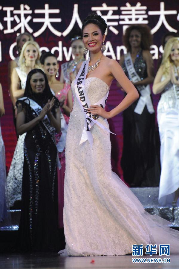 """12月6日,""""南非夫人""""里亚纳(中)在比赛中夺冠。"""