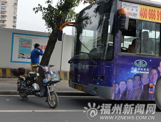 陈先生用电动车堵住公交车去路并打电话报警