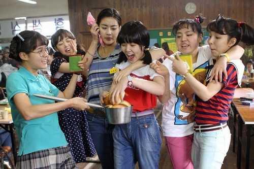 为什么到了韩国电影《阳光姐妹淘》里面,一切显得那么自然、生动、感人?