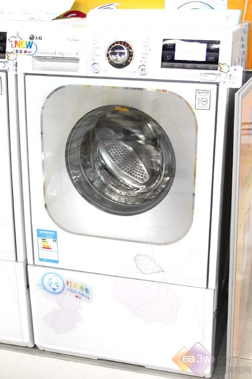 LG WD-A1228ADS外观尺寸为:1080×600×590mm,对于一款拥有8kg洗涤容量的滚筒洗衣机来说,着实算不上小巧。不过其底部的抽屉设计,使用起来比较方便。