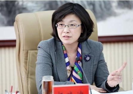 在对杨晓波的通报中,首次对女性官员使用了'通奸'一词