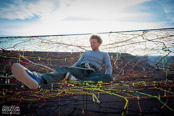 躺在手工编织的彩网上晒晒太阳.&#160