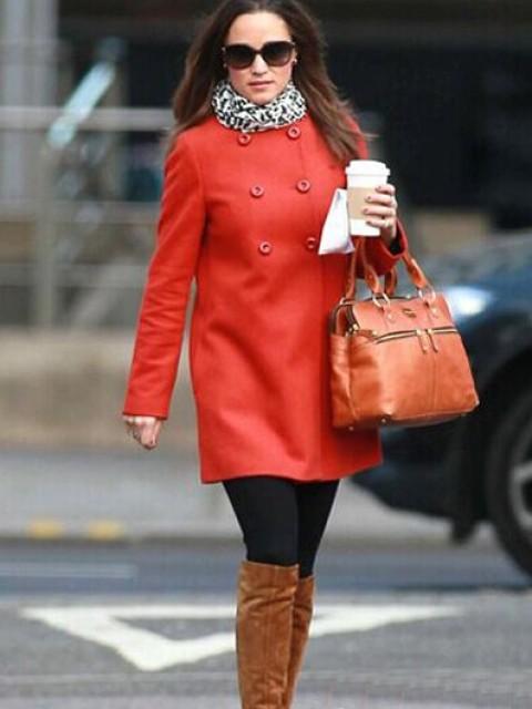 搭配示范:红色大衣+白色黑印花围巾+驼色长靴