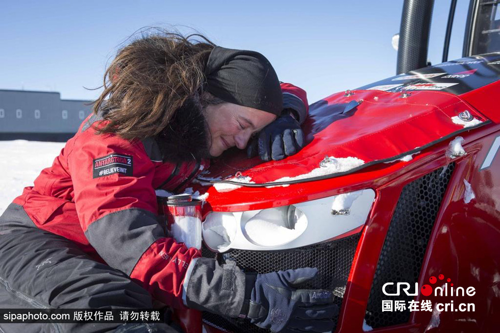 国际在线专稿:据法新社12月9日报道,曾开着拖拉机从欧洲抵达非洲最南端的荷兰女子玛农・奥塞福尔特,于本月9日开着拖拉机到达了南极点。