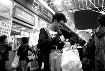 2013年10月3日流逝买了很多礼物,准备回老家看望父母。