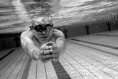 2014年11月29日流逝和朋友一起游泳。京华时报记者王海欣摄影报道