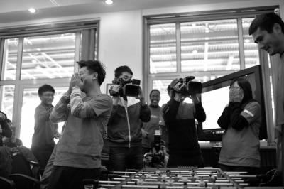 2014年12月2日流逝参加防治艾滋病的公益活动时,与邵佳一玩桌上足球。