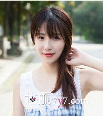 典型的韩式小清新学生发型,柔顺的长直发发型尽显女生迷人的小脸,搭配图片