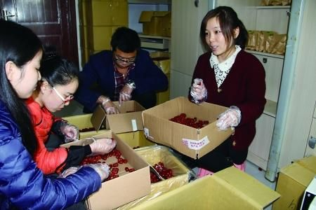 李明慧(右)和同学给红枣分装打包 首席