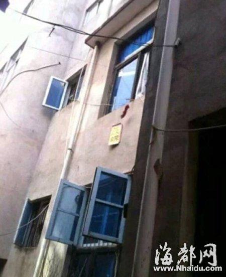 窗外有只断手,边上挂着纸条,让路人报警(网友供图)