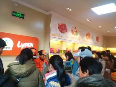 来伊份上海门店收银台人山人海
