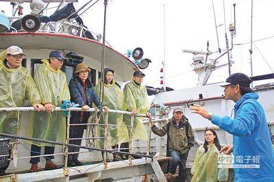 """南方澳讨海文化保育协会与船家合作,将闲置渔船变身为""""行动讨海馆"""",邀请游客上船听故事、品尝""""船仔饭""""。"""