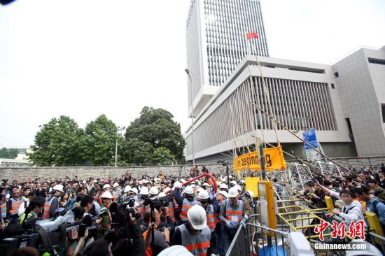 """12月11日上午,香港非法""""占领区""""清除障�K物。原诉方代理人在金钟清障行动进行了两个半小时,已完全清除禁制令范围内所有非法障碍物。 中新社发 洪少葵 摄"""