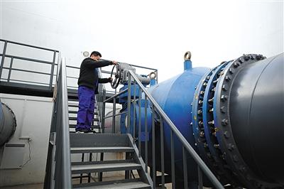 昨日,郭公庄分水口,一名工作人员在调试设备,进行通水试验。新京报记者 吴为 摄