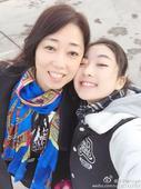 图文:李子君庆祝18岁生日 和妈妈在一起