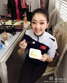 图文:李子君庆祝18岁生日 李子君吃蛋糕