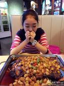 图文:李子君庆祝18岁生日 看烤鱼