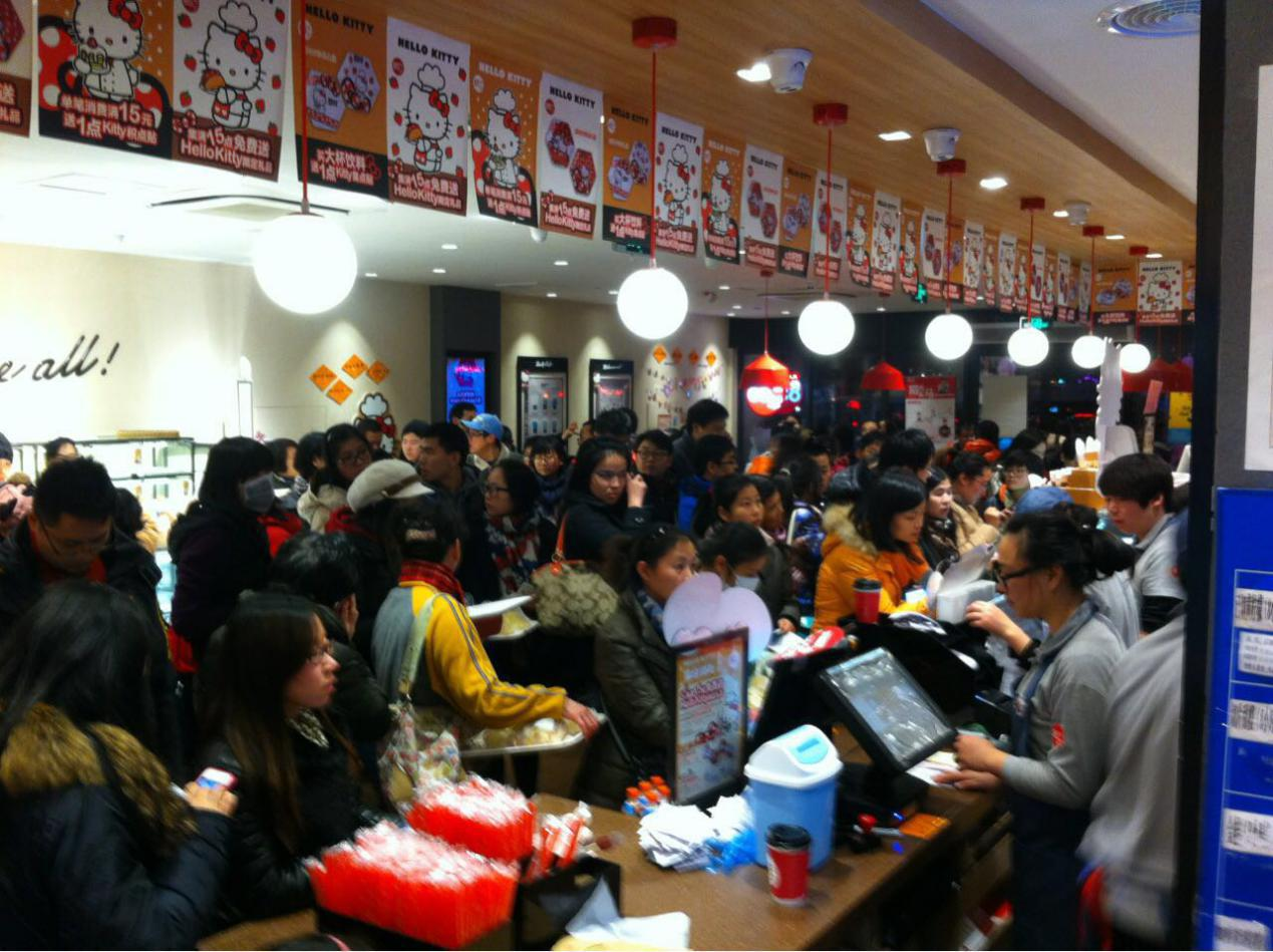 85度C南京石鼓店从早到晚都挤满了抢购的顾客
