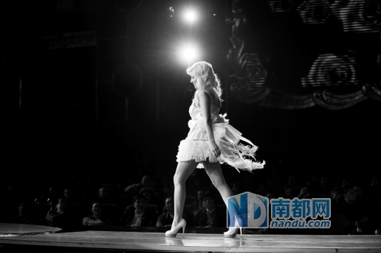 12月10日,宝安区,2014第41届全球旅行蜜斯全世界总决赛上,一名模特正在聚光灯下走T台。南都记者 陈文才 摄